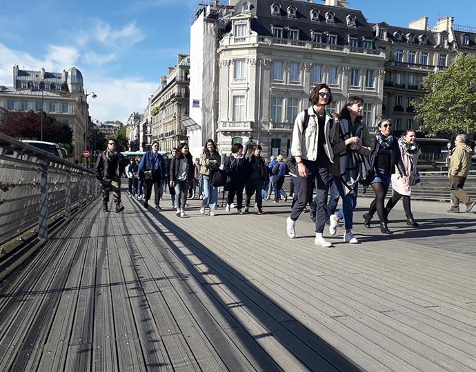 groupe d'étudiants de l'école Brassart en visite à Paris