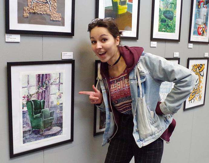 étudiante de la formation design graphique Brassart exposant chez Ikea