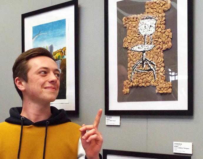 étudiant de la formation design graphique Brassart exposant chez Ikea